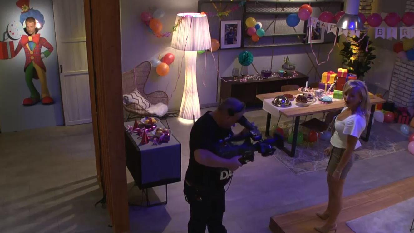 Evelyn Burdecki im Escape Room. Sie kriegt Hilfe von Oliver Pocher, der an der Tür steht.