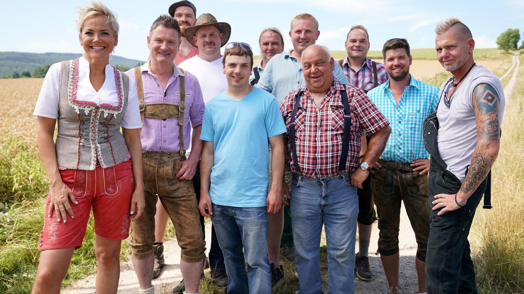 """Moderatorin Inka Bause mit den Bauern der fünfzehnten Staffel von """"Bauer sucht Frau""""."""