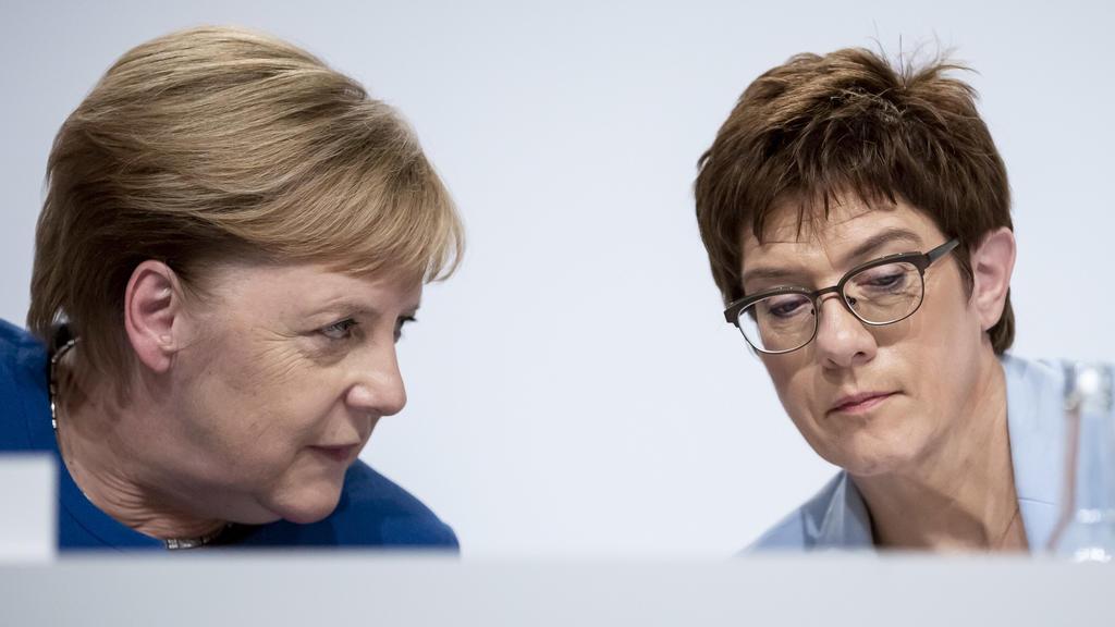 20.09.2019, Berlin: Bundeskanzlerin Angela Merkel (CDU, l), und Annegret Kramp-Karrenbauer, Bundesministerin der Verteidigung und CDU-Vorsitzende, nehmen an einer Pressekonferenz zu den Ergebnissen der Sitzung des Klimakabinetts der Bundesregierung t