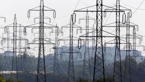 ARCHIV - Freileitungen verlaufen in der Nähe eines Umspannwerkes bei Schwerin über Felder, aufgenommen am Dienstag (10.05.2011). Das Stromnetz steckt noch im Atomzeitalter mit einem Fokus auf Großkraftwerke. Diese stehen vor allem in der Nähe von Bal