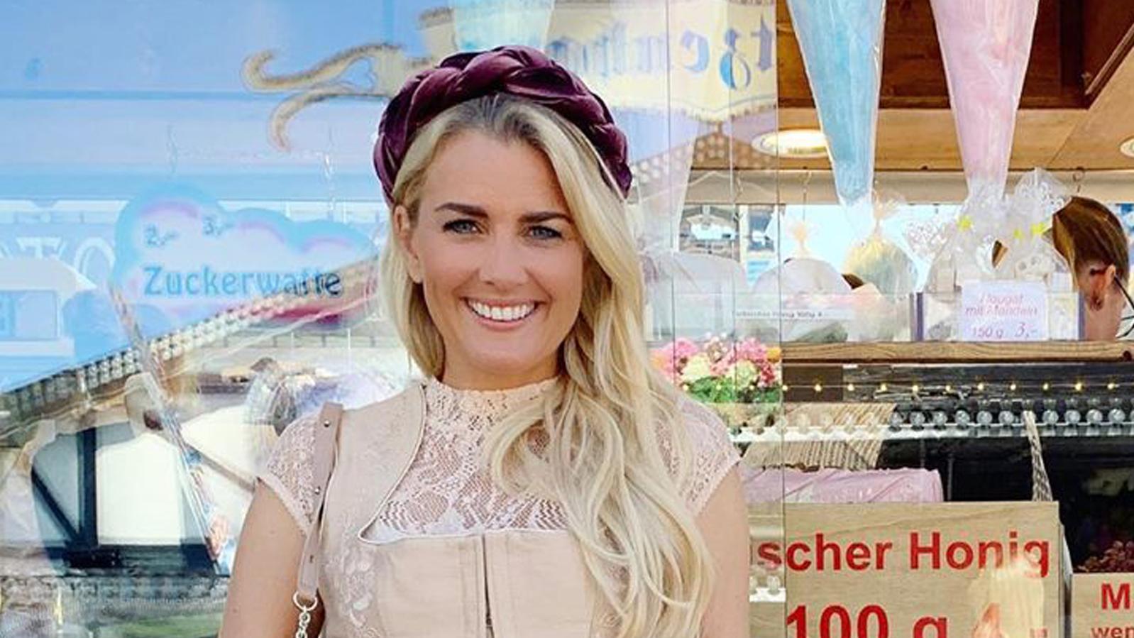RTL-Moderatorin Jenny Knäble mit Haarreif auf der Wiesn 2019. (Quelle: Instagram / Jennifer Knäble)