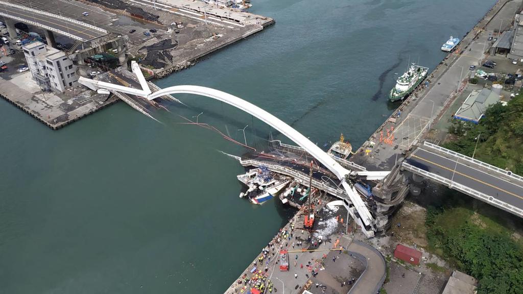 HANDOUT - 01.10.2019, Taiwan, Nanfangao: Dieses von der Nationalen Feuerwehr Taiwan zur Verfügung gestellte Foto zeigt in einer Luftaufnahme den Blick auf eine eingestürzte Brücke. Taifun «Mitag» hat in Taiwan eine Brücke einstürzen lassen und auch w