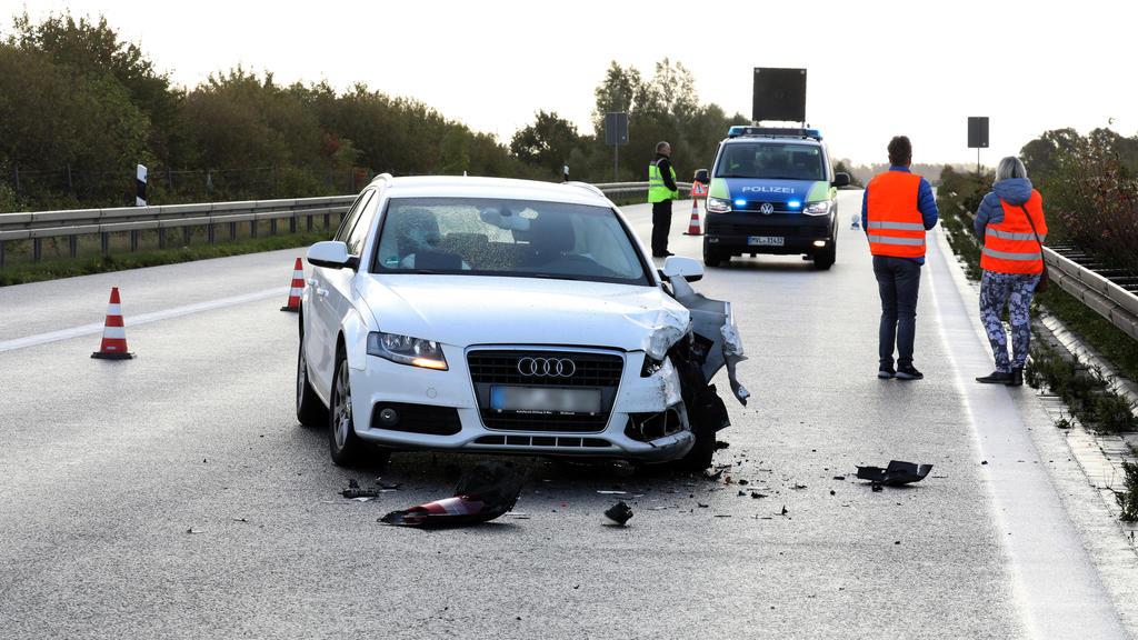 02.10.2019, Mecklenburg-Vorpommern, Tessin: Ein beschädigtes Auto steht nach einem Auffahrunfall auf der Autobahn A20 bei Tessin. Der Unfall kam durch eines von zwei entlaufenen Zirkus-Zebras zustande. Das Zebra war mit einem Artgenossen in der Nacht