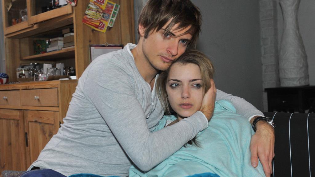 Philip (Jörn Schlönvoigt) befürchtet, Emily (Anne Menden) bereue nun doch, ihnen ihr Kind gegeben zu haben. Doch sie behauptet weiterhin, dass ihre Entscheidung richtig war.
