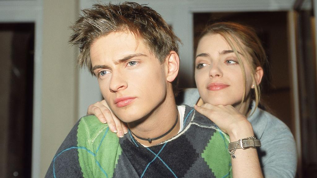 Emily (Anne Menden) hofft, dass Philips (Jörn Schlönvoigt) Hoffnungen, mit Franzi zusammen zu sein, erfüllt werden.