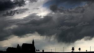 Vorsicht vor weiteren Unwettern: Starkregen, Hagel, Gewitter und schwere Sturmböen überqueren Deutschland.