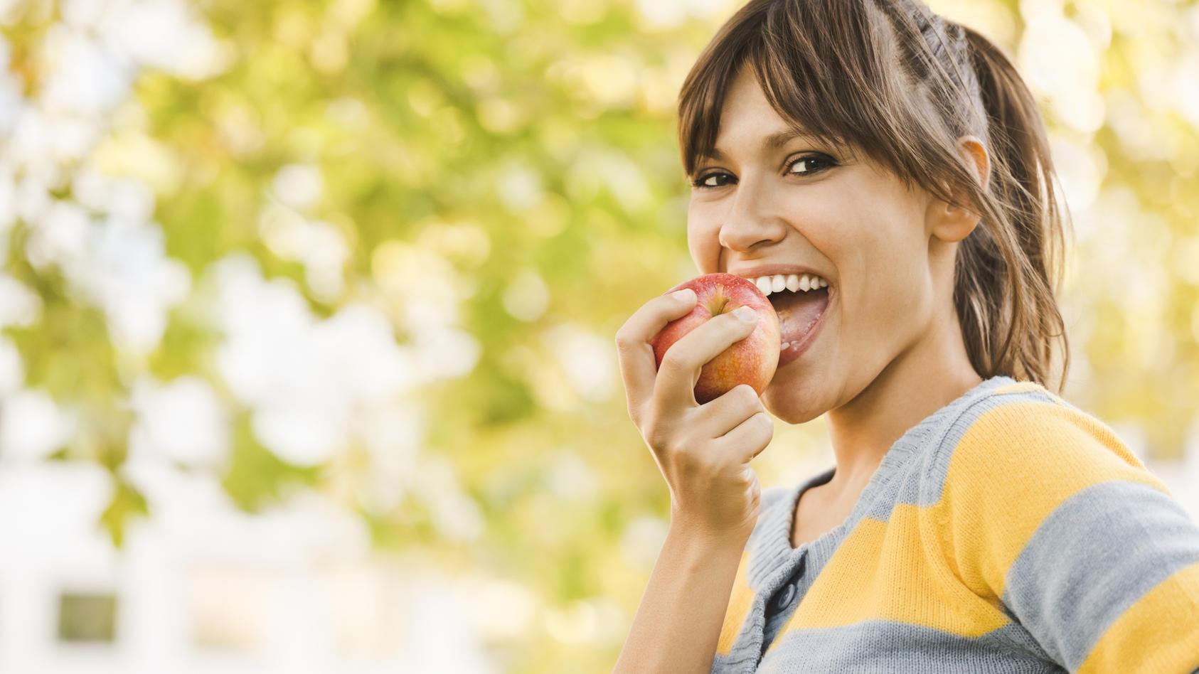 Äpfel stecken voller gesunder Vitamine und sollten auf unserer täglichen Essensliste stehen.