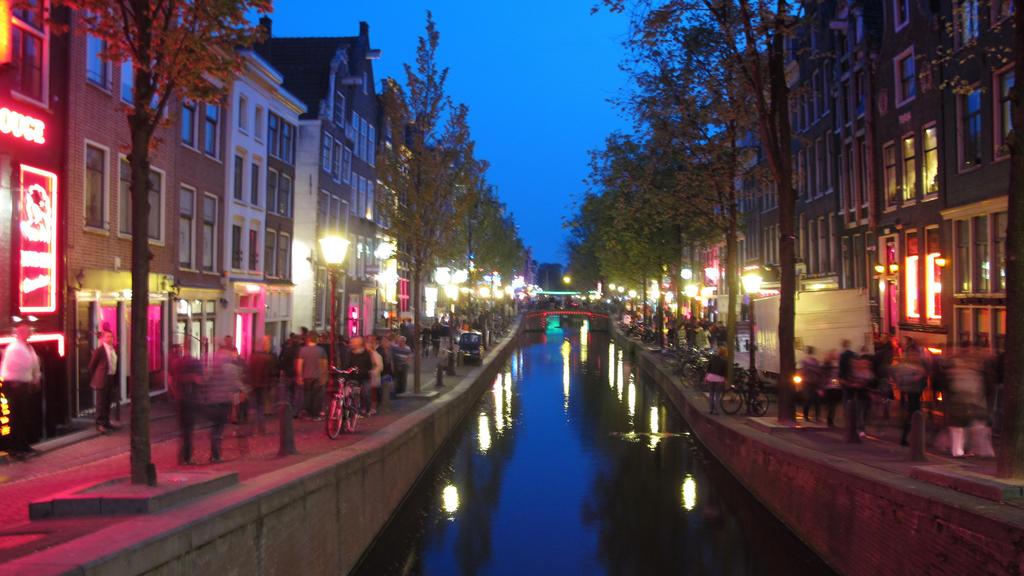 Stadtansicht von Amsterdam, hier abendliche Aufnahme einer Gracht im Rotlichtviertel der Stadt, aufgenommen am 28.04.2011. Foto: Soeren Stache | Verwendung weltweit