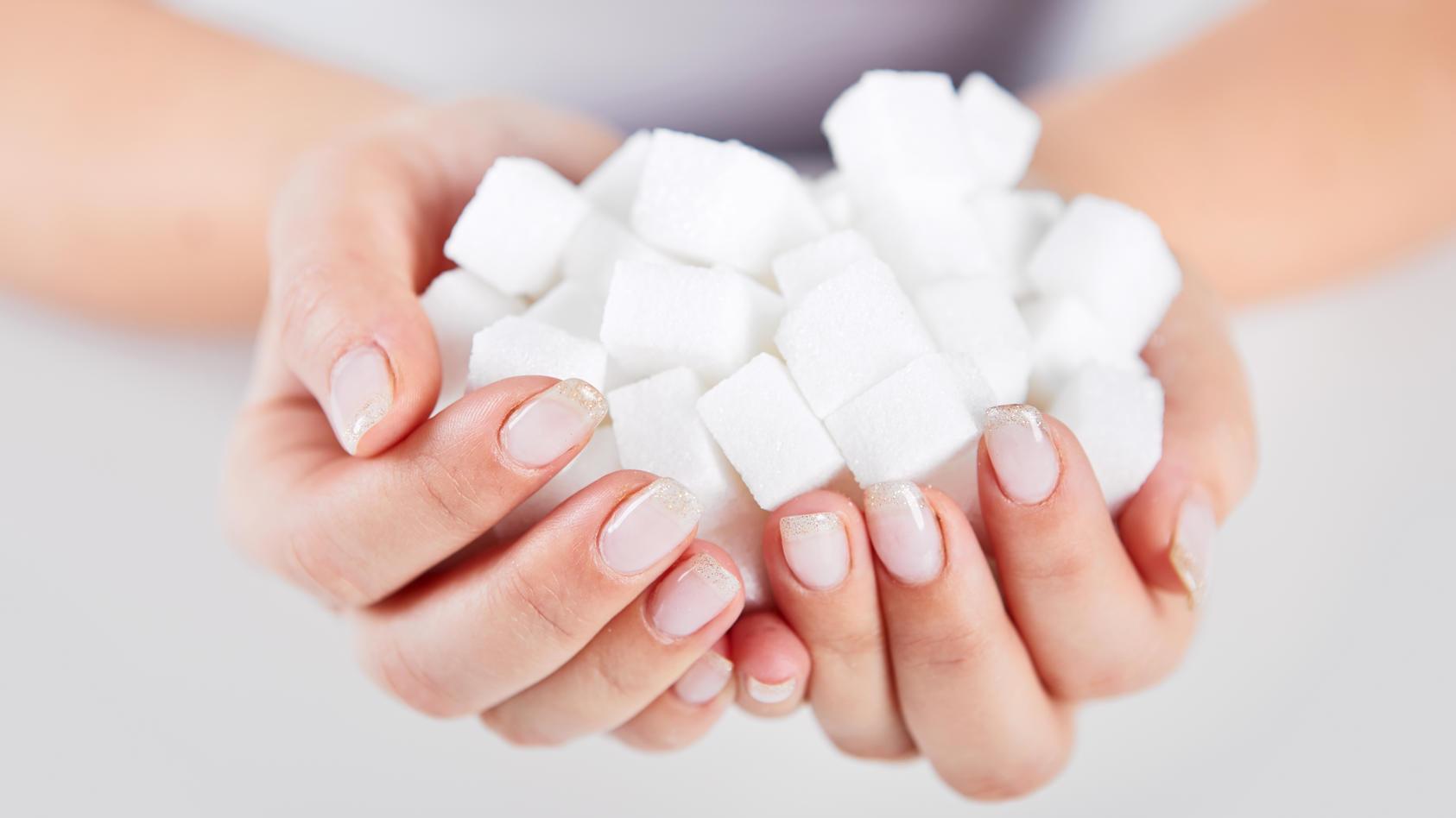 Auf Zucker im Alltag ganz verzichten? Gar nicht so leicht! Doch mit ein paar Tipps können wir unsere tägliche Zuckerzufuhr auf jeden Fall deutlich verringern!