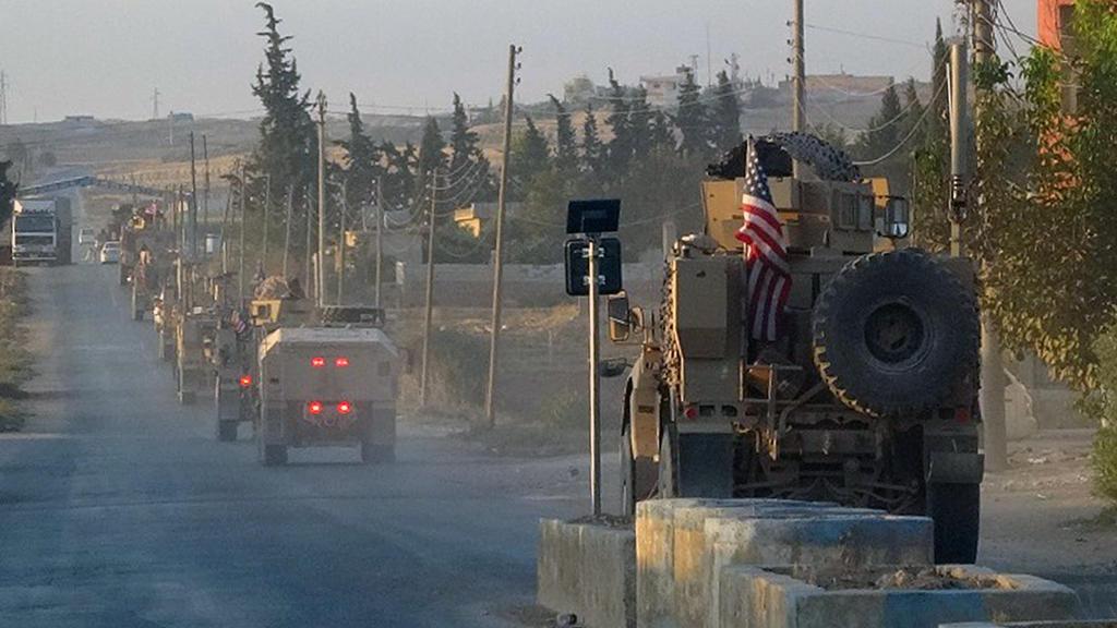 HANDOUT - 07.10.2019, Syrien, ---: Dieses von der Hawar News Agency (ANHA) bereitgestellte Bild zeigt US-Militärfahrzeuge, die eine Hauptstraße im Nordosten Syriens entlang fahren. Die Türkei steht laut den USA kurz davor, in Nordsyrien einzurücken.