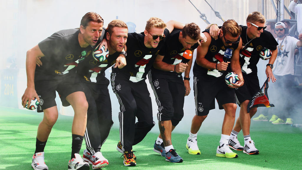 ARCHIV - HANDOUT - BERLIN, GERMANY - JULY 15: Roman Weidenfeller, Shkodran Mustafi, Andre Schuerrle, Miroslav Klose, Mario Goetze and Toni Kroos (L-R) celebrate on stage at the German team victory ceremony July 15, 2014 in Berlin, Germany.  Germany w
