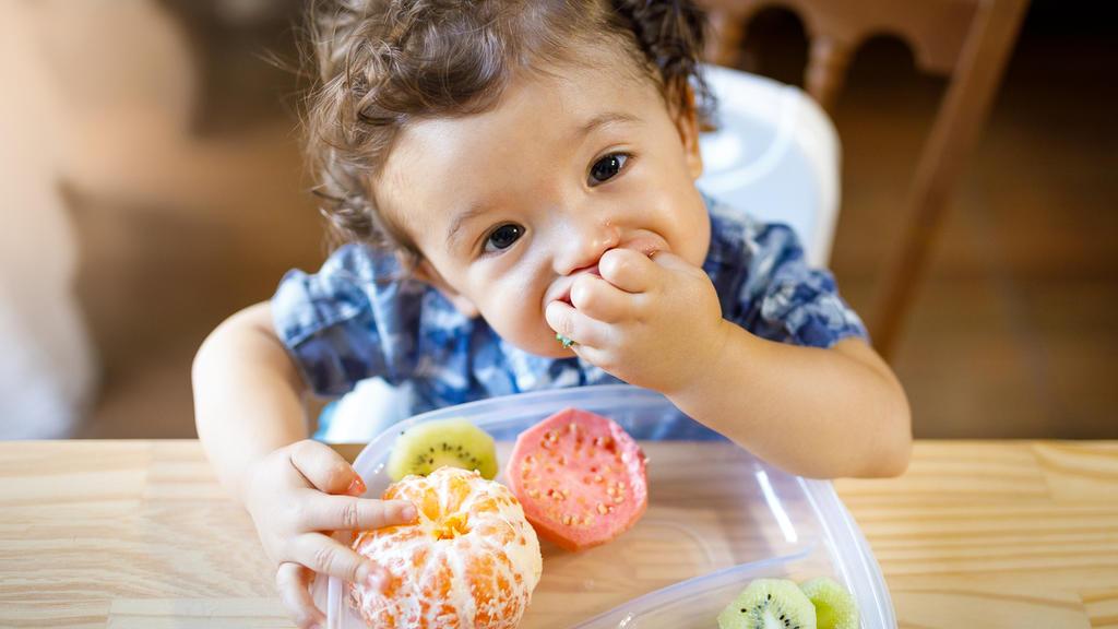 Baby isst Zitrusfrüchte