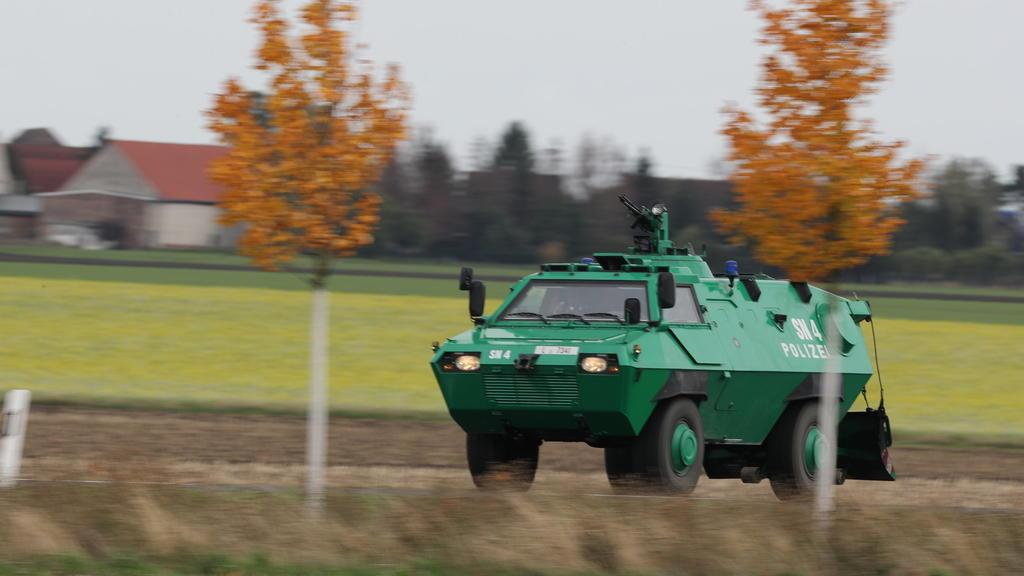 Ein gepanzertes Fahrzeug der Polizei fährt bei Wiedersdorf/Landsberg.