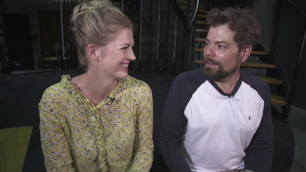 """Nina Bott trifft am """"Gute Zeiten, schlechte Zeiten""""-Set ihren einstigen Serien-Ehemann Daniel Fehlow wieder."""