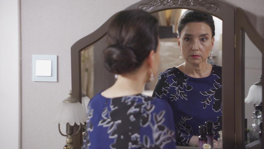 AWZ: Simone schaut in den Spiegel.