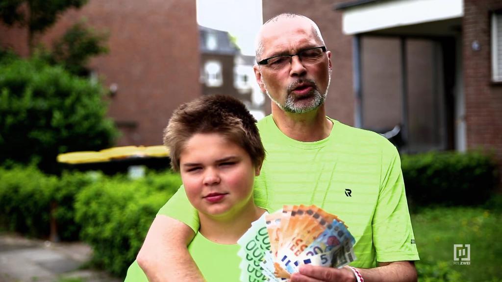 """""""Armes Deutschland - Dürfen die das?"""": Altenpfleger Uwe und sein Sohn Miguel müssen mit 1045 Euro im Monat überleben."""