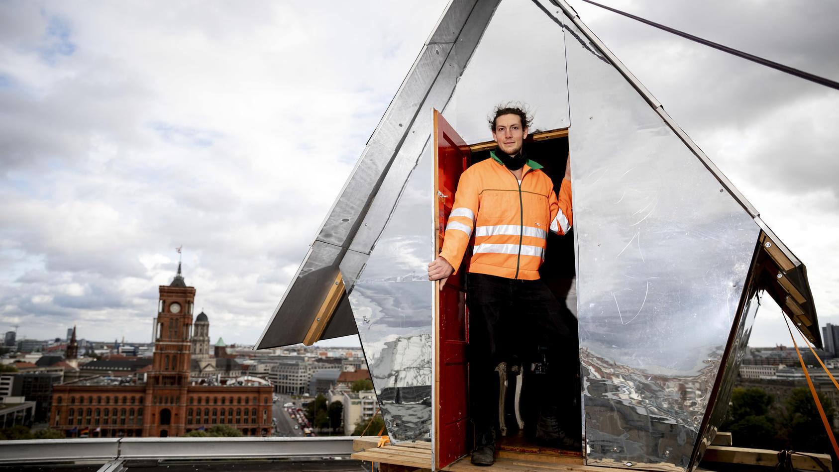 """""""Penthaus à la Parasit"""": Soziologiestudent Jakob Wirth protestiert gegen die Wohnungsnot in der Hauptstadt."""