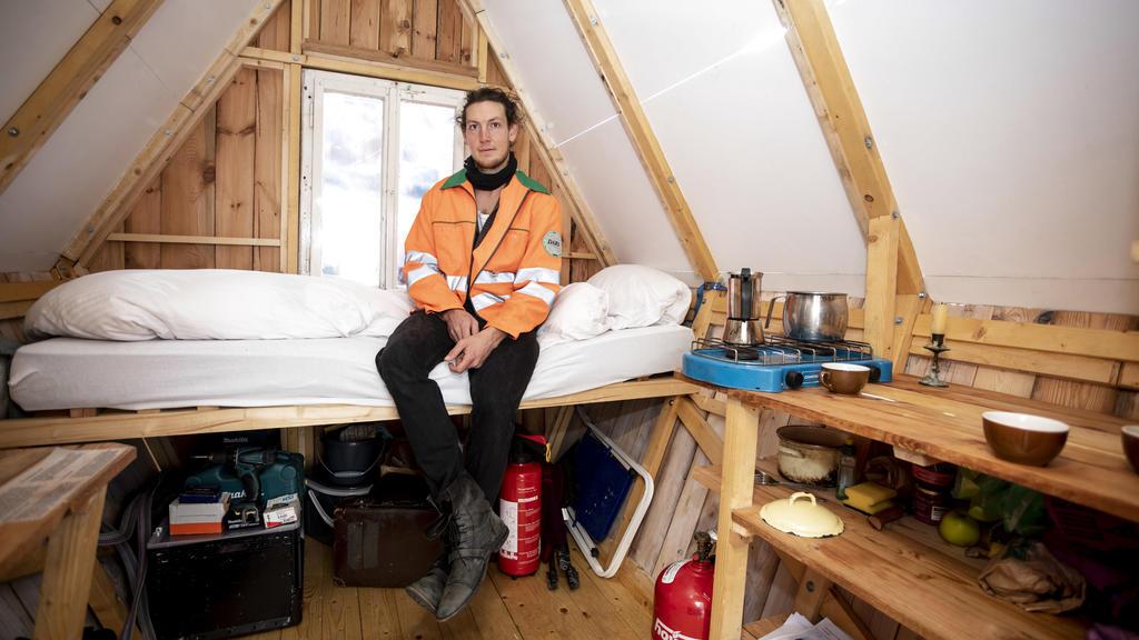 """Jakob Wirth (27) in seiner Holzhütte auf den Dächern Berlins: Das """"Penthaus à la Parasit"""" muss sich schnell auf- und wieder abbauen lassen."""