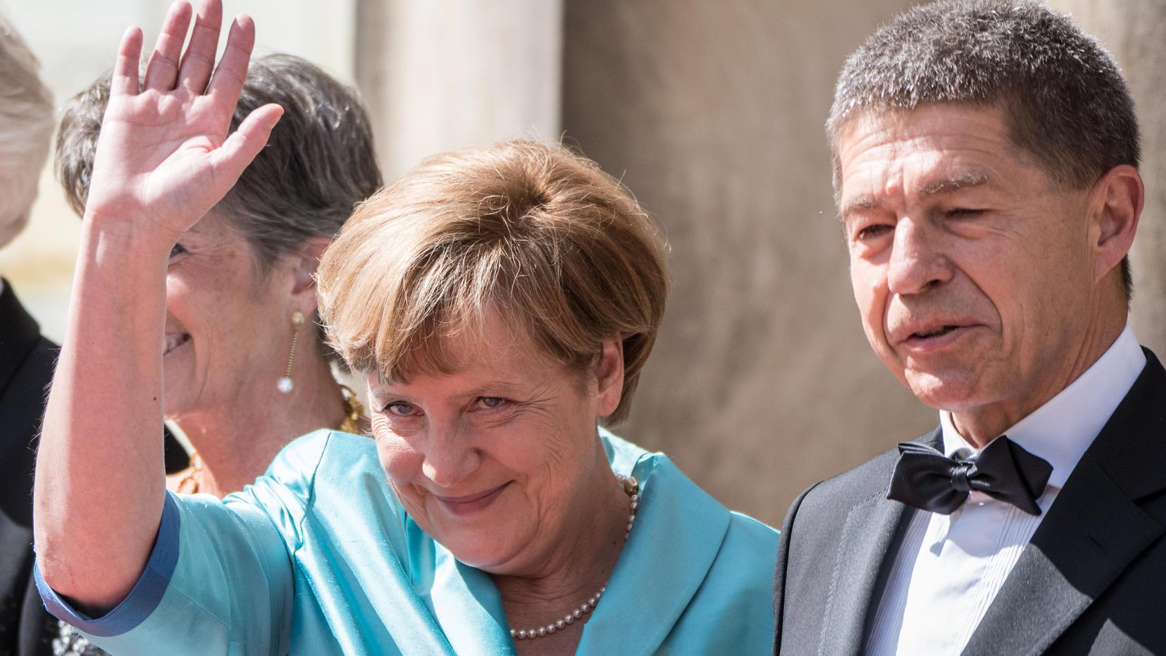 Statt eine Rede bei Feierlichkeiten zum Mauerfall zu halten, begleitet sie ihren Mann Joachim Sauer zu einer Ehrung.
