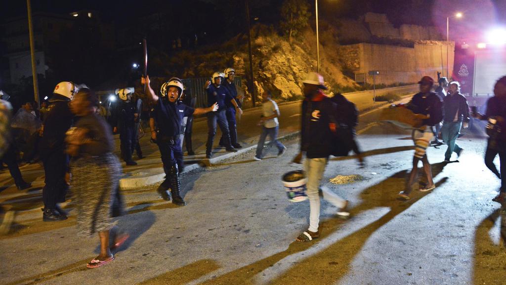 14.10.2019, Griechenland, Samos: Polizisten evakuieren Menschen auf der griechischen Insel Samos. Im völlig überfüllten Migrantenlager der griechischen Insel Samos ist es zu Schlägereien zwischen Migranten aus Syrien und Afghanistan gekommen. Foto: M