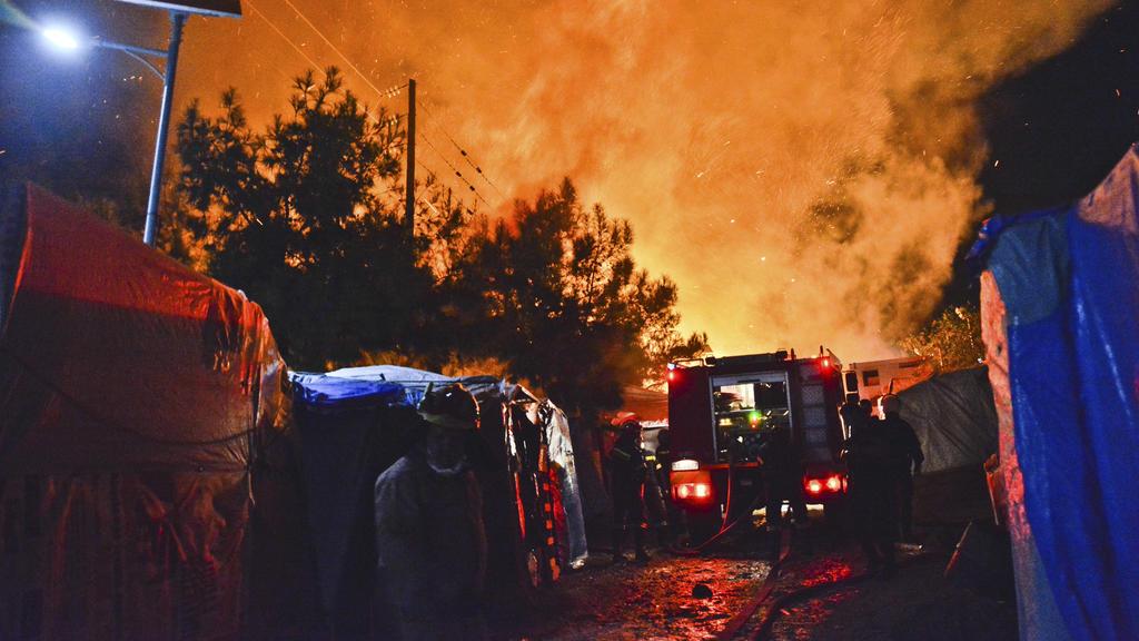 dpatopbilder - 14.10.2019, Griechenland, Samos: Feuerwehrleute versuchen einen Brand in einem überfüllten Migrantenlager zu löschen. Im völlig überfüllten Migrantenlager der griechischen Insel Samos ist es zu Schlägereien zwischen Migranten aus Syrie