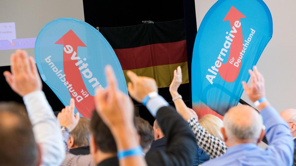 28.09.2019, Hamburg: Parteimitglieder der Alternative für Deutschland (AfD), stimmen während eines Parteitages ab. Die Hamburger AfD hat ihren Parteitag am Samstag mit einem selbstbewussten Blick auf die Bürgerschaftswahl eröffnet. Foto: Daniel Bockw