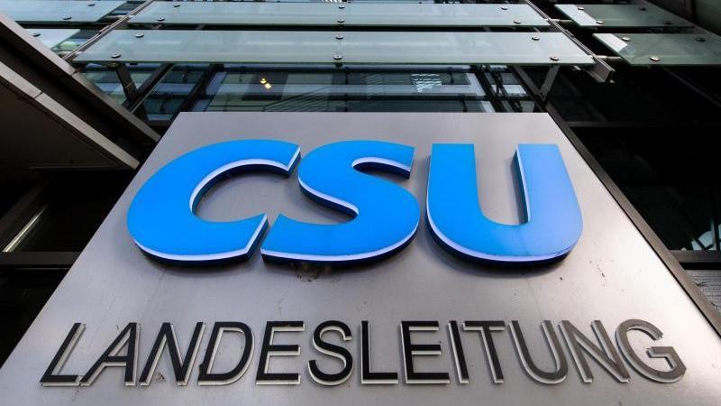 """Der Schriftzug """"CSU Landesleitung"""" an der Parteizentrale. Foto: Matthias Balk/dpa/Archivbild"""