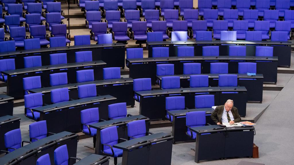 26.09.2019, Berlin: Alexander Gauland (AfD), Fraktionsvorsitzender, sitzt vor der 115. Sitzung des Bundestages im Plenarsaal und liest Zeitung. Foto: Tom Weller/dpa +++ dpa-Bildfunk +++