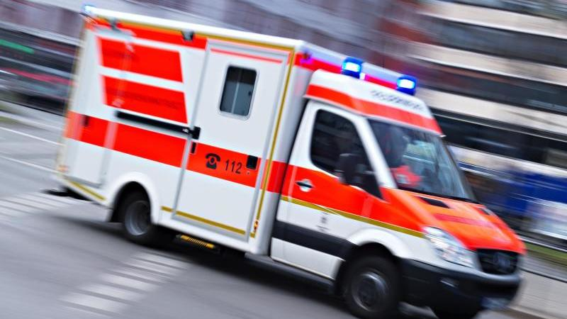Ein Rettungswagen im Einsatz. Foto: Nicolas Armer/dpa