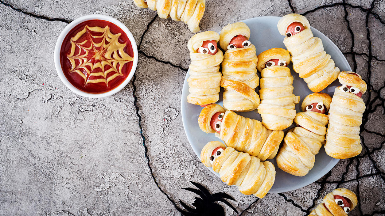 Süß oder gruselig? Diese leckeren Mumien sind garantiert bei jeder Halloween-Party ein Hingucker.