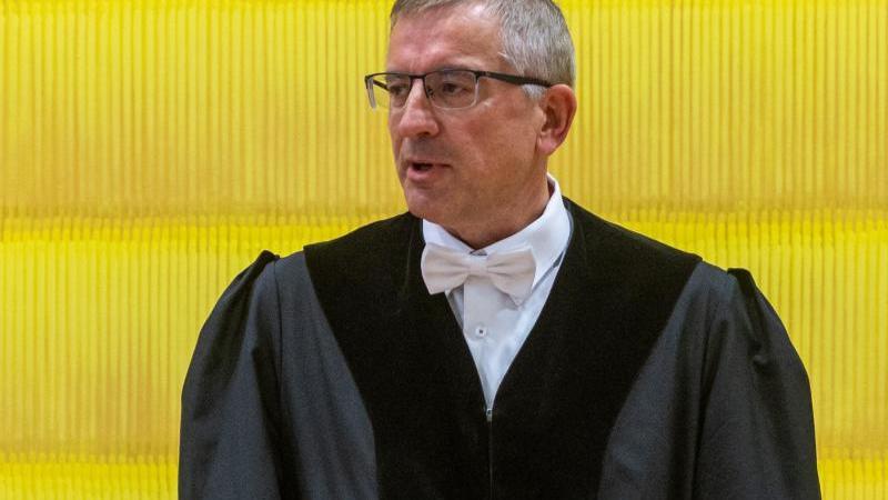 Georg Kimmerl, Vorsitzender Richter, steht im Verhandlungssaal im Landgericht. Foto: Armin Weigel/dpa
