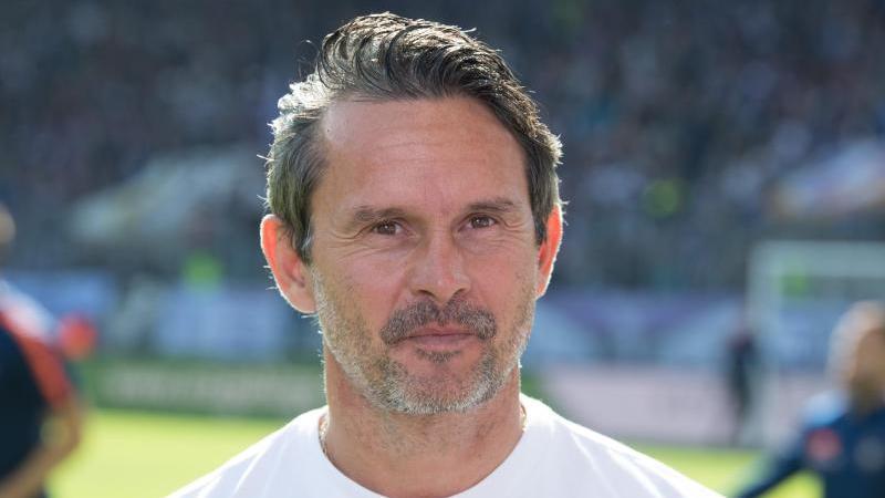 Aues Trainer Dirk Schuster. Foto: Sebastian Kahnert/dpa-Zentrabild/dpa/Archivbild