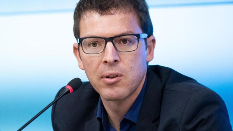 Johannes Enssle, der Landsvorsitzende in Baden-Württemberg des NABU, spricht bei einer Pressekonfrenz im Landtag. Foto: Bernd Weissbrod/dpa/Archivbild