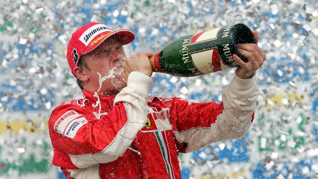 ARCHIV - 21.10.2007, Brasilien, Sao_Paulo: Ferrari-Pilot Kimi Räikkönen trinkt nach seinem Sieg beim Großen Preis von Brasilien in Sao Paulo Champagner.  Der finnische Alfa-Romeo-Pilot ist bereits seit 2001 in der Motorsportkönigsklasse aktiv. Er wir