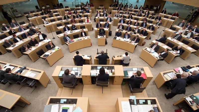Die Abgeordneten des Landtags von Baden-Württemberg sitzen bei einer Debatte im Plenarsaal. Foto: Sina Schuldt/dpa/Archivbild