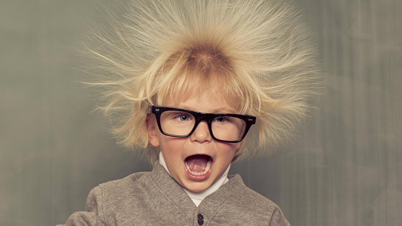 Elektrisierte Haare können einen in den Wahnsinn treiben. Wir zeigen wichtige Tricks.