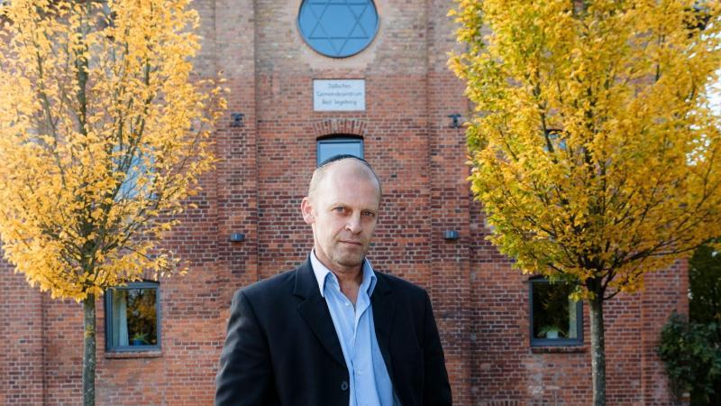 Walter Blender, Vorsitzender des LAndesverbandes der Jüdischen Gemeinden in Schleswig-Holstein, steht vor der Synagoge. Foto: Markus Scholz/dpa