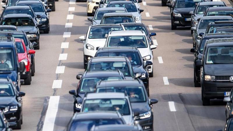 Auch über 500 Baustellen auf deutschen Autobahnen behindern den Verkehrsfluss. Foto: Sina Schuldt/dpa