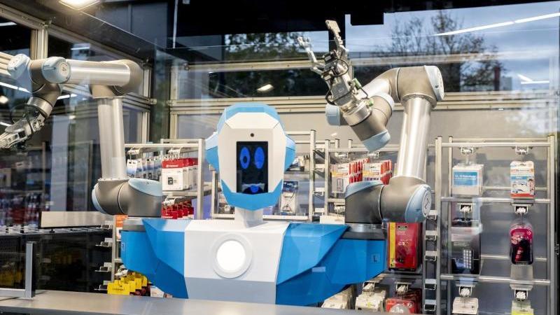 Der humanoide Verkaufsroboter von Conrad Electronic ist bei der Pressepräsentation in Berlin Schöneberg zu sehen. Foto: Christoph Soeder/dpa