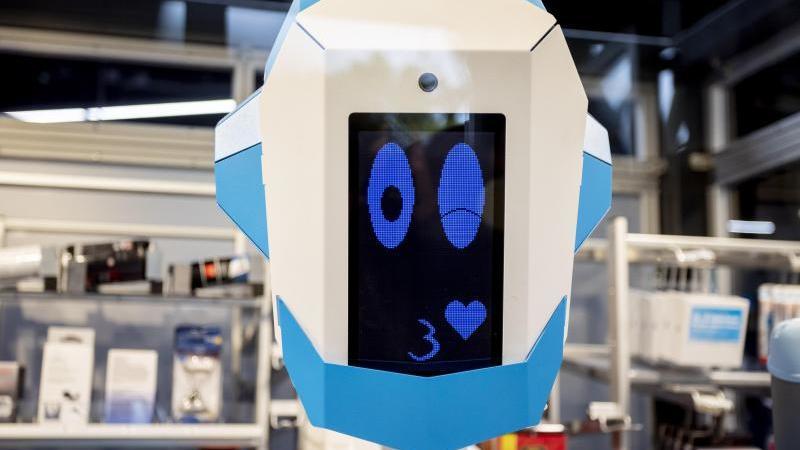 """Der Elektrofachhändler Conrad stellt das """"Gesicht"""" des neuen humanoiden Verkaufsroboters vor. Foto: Christoph Soeder/dpa"""