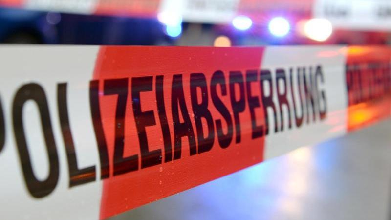 """Ein Flatterband mit der Aufschrift """"Polizeiabsperrung"""". Foto: Patrick Seeger/dpa"""