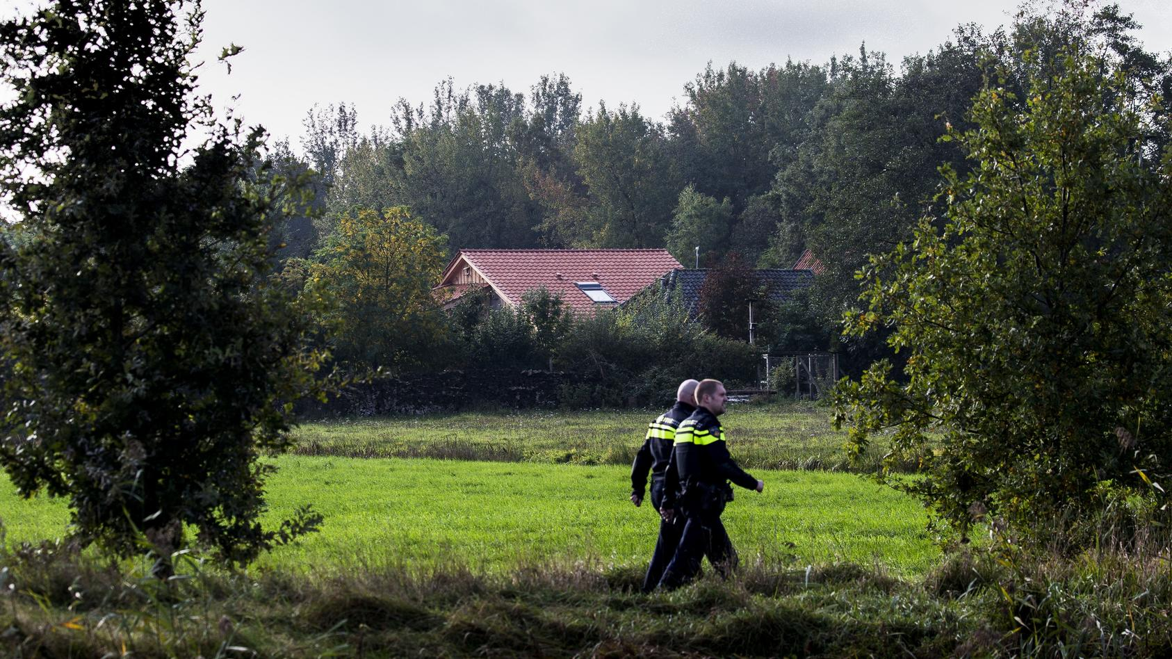 2019-10-16 13:04:04 Police are investigating a farm on the Buitenhuizerweg where a father and six children have been li