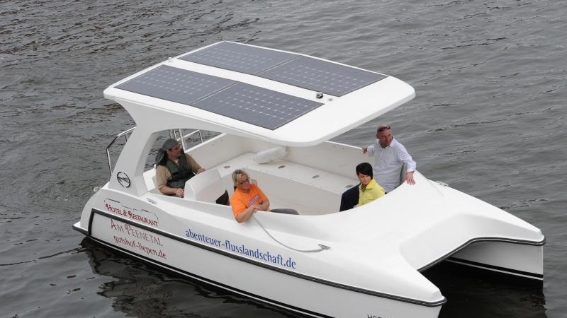 Touristen bei einer Solarboot-Tour. Foto: Stefan Sauer/dpa-Zentralbild/dpa/Archivbild