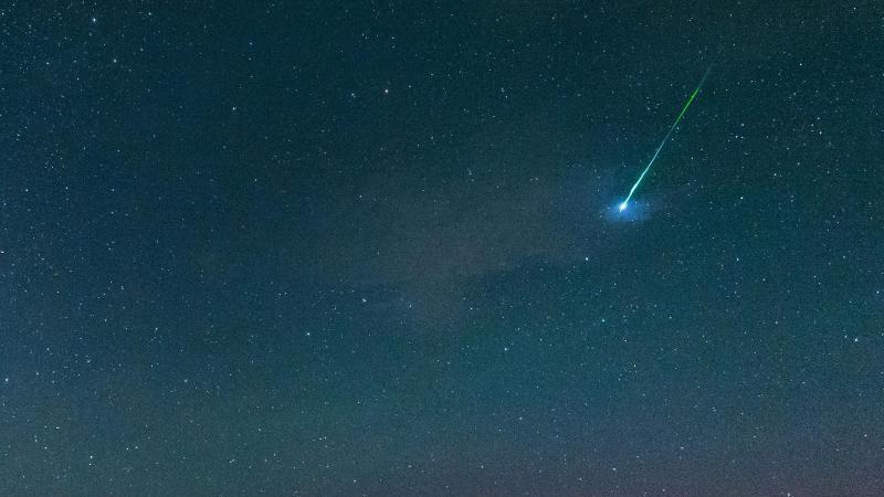 Eine Sternschnuppe ist am Himmel zu sehen. Foto: Matthias Balk/dpa/Archivbild