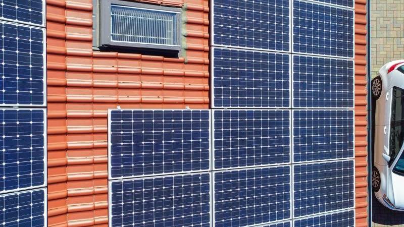 Eine Photovoltaikanlage auf einem Eigenheim (Luftaufnahme mit einer Drohne). Foto: Patrick Pleul/dpa-Zentralbild/dpa/Archivbild