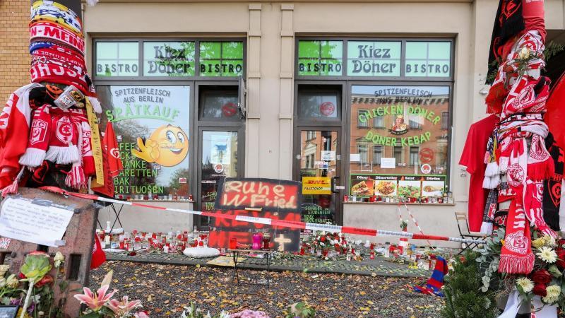 Blumen, Kerzen, Fanschals und andere Devotionalien vom HFC liegen und hängen vor dem Kiez-Döner. Foto: Jan Woitas/dpa-Zentralbild/dpa