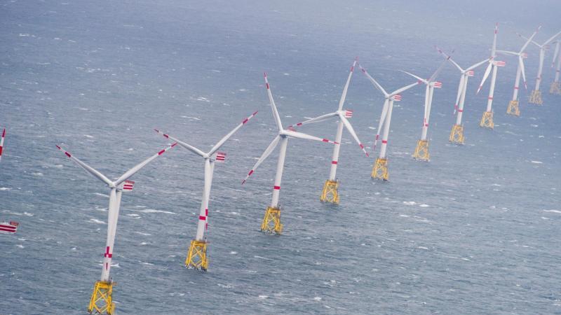 """Windkraftanlagen im Offshore Windpark """"Nordsee-Ost"""". Foto: Daniel Reinhardt/dpa"""