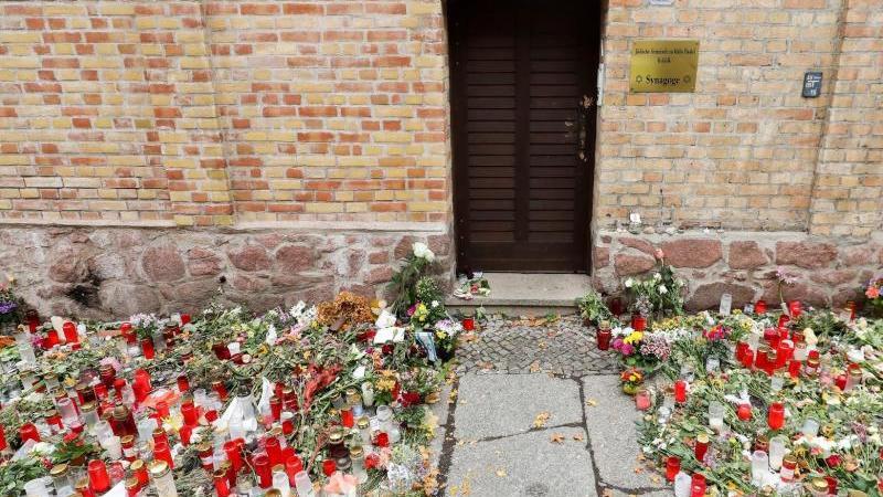Kerzen und Blumen vor der Synagoge in Halle. Foto: Jan Woitas/dpa-Zentralbild/dpa/Archivbild