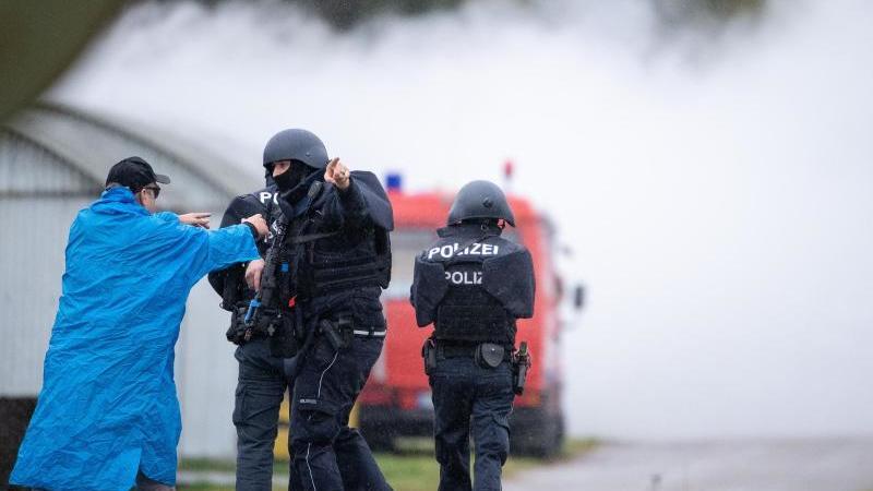 Einsatzkräfte in ballistischer Zusatzausstattung bei der Übung auf dem Truppenübungsplatz Heuberg. Foto: Sebastian Gollnow/dpa
