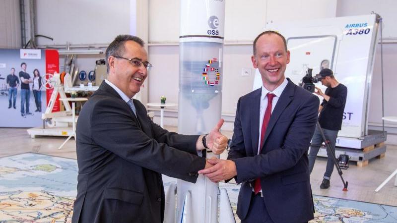 M. Sauerschnig (r), Geschäftsführer der RST, und P. Godart, Geschäftsführer der ArianeGroup GmbH. Foto: Jens Büttner/Archiv